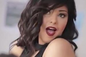 이집트 여가수, 바나나 먹는 뮤직비디오 찍어 징역 2년