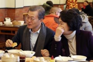 文대통령, 서민식당 '깜짝 방문'…베이징 시민들과 식사 화기애애