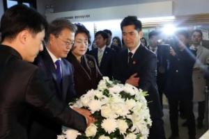 마지막 임정청사 찾은 문 대통령…김구 선생 흉상에 헌화·묵념