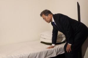 [서울포토] 문 대통령, 김구 선생이 쓰던 침대 만져보며