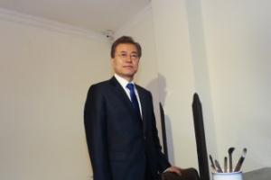 [서울포토] 김구 선생 집무실 둘러보는 문 대통령