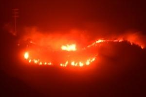 [포토] 꺼지지 않는 캘리포니아 산불…맹렬한 기세의 붉은 불길