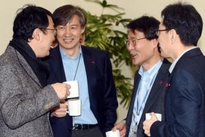 [서울포토] 차 마시며 환담 나누는 청와대 참모진들