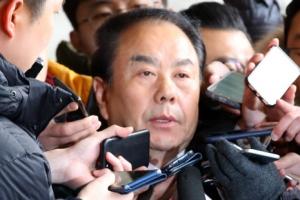 """이우현 의원, 검찰 출석…""""난 흙수저, 뇌물 받은 적 없다"""""""