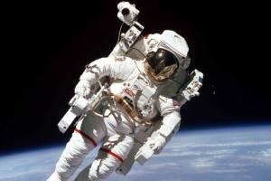 1984년 인류 최초로 생명줄 없이 우주 유영 맥캔들스 80세로 세상 떠