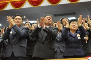 [포토] 김정은 폐회사에 박수