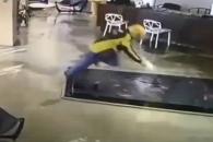 '아뿔싸!' 수족관에 빠진 배달원