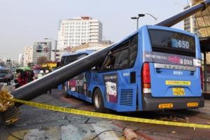 승객들 내리려는 순간… 쾅! 날벼락 맞은 시내버스