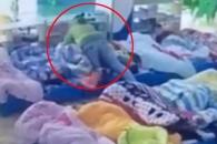 낮잠 거부한 아이 담요로 누르는 보육교사 '충격'