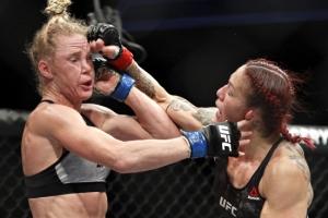 [UFC 219] '지상 최강의 여자' 사이보그, 홈 꺾고 페더급 타이틀 방어 성공