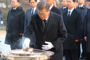 [서울포토] '건국 백년을 준비하겠습니다' 문재인 대통령, 국립현충원 참배