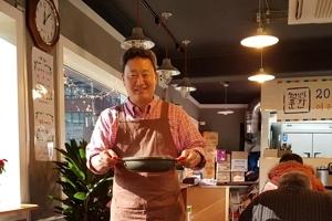 """김치찌개 3천원, 커피 공짜...""""청년을 응원합니다"""" 식당연 신부님"""