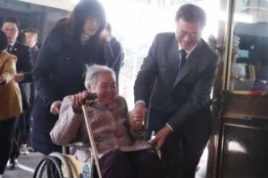 [서울포토] 위안부 피해 할머니 휠체어 직접 끄는 문 대통령