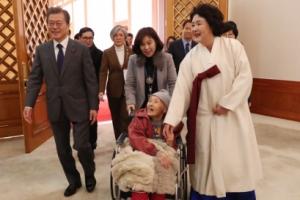 [서울포토] 위안부 피해 할머니와 함께 오찬장으로 향하는 문 대통령 내외