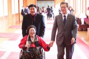 [서울포토] 위안부 피해 할머니와 손잡고 걷는 문 대통령