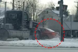 승용차 밀어버린 트럭 운전자의 아찔한 실수