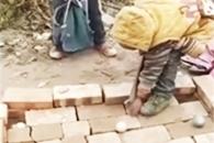 벽돌 당구대에서 포켓당구하는 아이들