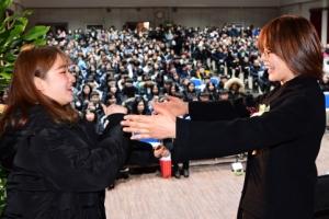 1월의 졸업식… 작별의 포옹 나누는 스승과 제자