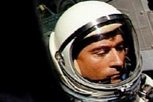 두 차례 달 여행, 첫 우주왕복선 지휘관 존 영 88세에 타계