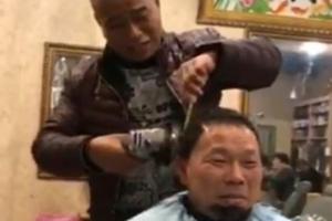 앵글 그라인더로 머리 깎는 중국 이발사