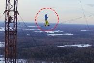 350미터 송전탑서 외줄타기하는 사나이