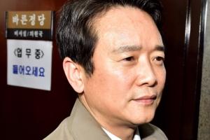 [서울포토] '바른정당 탈당' 회의장 나서는 남경필