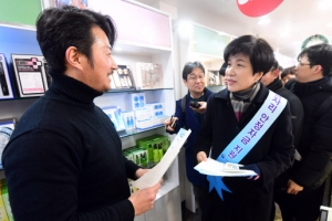최저임금 후폭풍에 거리 홍보 나선 김영주 고용장관