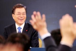 문 대통령 신년기자회견 '파격'…기자들 손들며 질문 경쟁