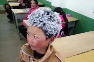 영하날씨에 매일 5km 걸어 등교하는 '눈꽃송이 소년'