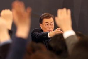 """[서울포토] 문재인 대통령 신년 기자회견…너도나도 """"질문 있습니다"""""""