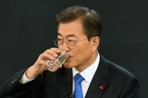 [서울포토] 신년 기자회견, 물 마시는 문재인 대통령