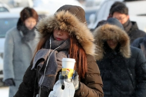 한라산 33.2㎝ '눈 폭탄'…전국 꽁꽁 얼어붙은 출근길