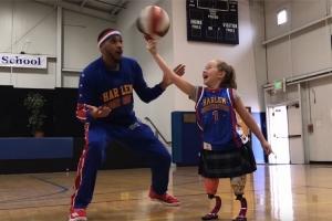 두 다리 잃은 소녀에게 용기 북돋아준 농구팀