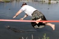악어를 구조하기 위해 스스로 물에 빠진 남성