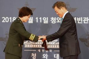 문 대통령, 준장 진급자에게 '장군의 상징' 삼정검 수여