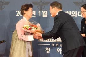 [서울포토] 문 대통령, 준장 진급자 어머니에게 꽃다발 전달