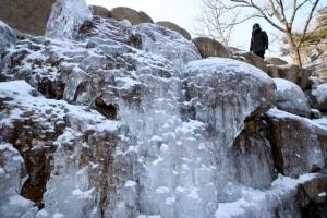 '북극 한파에 얼어붙은 한반도'…무릎까지 찬 폭설·냉동고 추위
