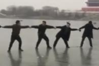 인간띠 만들어 얼음물에 빠진 가족 구조한 시민들