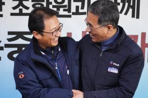 [서울포토] 반갑게 인사 나누는 양대노총 위원장