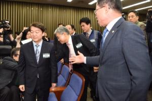 [서울포토] 안철수 대표에게 항의하는 최경환 의원