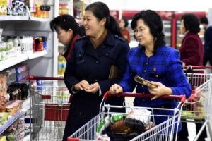 [포토] 北 백화점에서 쇼핑하는 평양 시민들