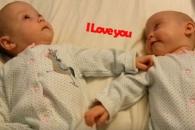 쌍둥이 동생에 '사랑해'라 말하는 생후 4개월 아기
