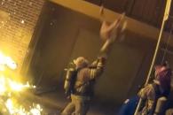 화마 피해 건물 3층서 떨어지는 아이 받아낸 소방관