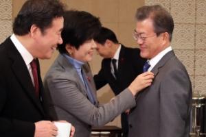 [서울포토] 문재인 대통령 배지 바로잡아주는 김영주 장관