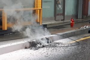 전신주서 떨어진 고압전선…불탄 보도블럭, 사람이었다면?