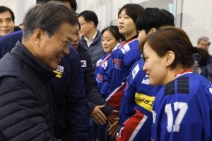 [서울포토] 여자 아이스하키 선수들 격려하는 문재인 대통령