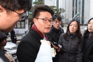 [서울포토] 취재진 질문에 답하는 박용석 '이명박 대통령 기념재단 사무국장'