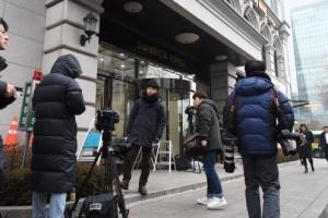 [서울포토] 사무실 앞 이명박 전 대통령 기다리는 취재진들