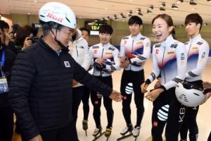 [서울포토] 문재인 대통령 헬멧 착용 모습에 '웃음꽃'