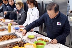 [서울포토] 진천 선수촌 방문한 문재인 대통령…식사는 '자율배식'으로
